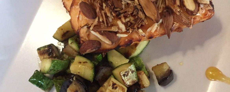 Trancio di salmone in crosta di miele e mandorle